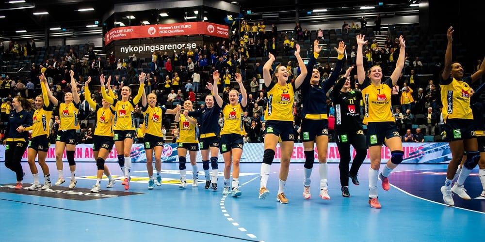 Svenska damlandslaget firar seger mot Nordmakedonien